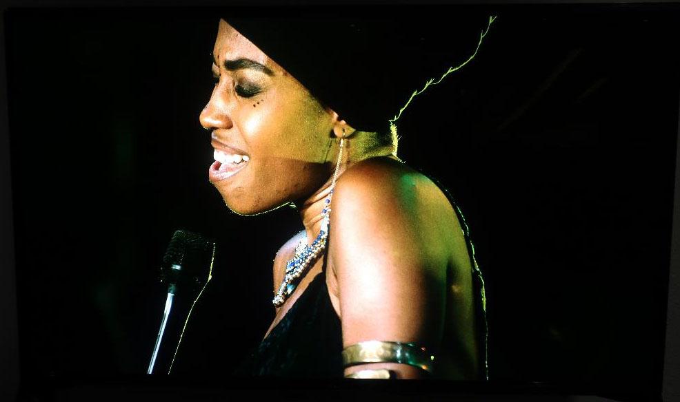 画像: たいへんエモーショナルなジャズメイヤ・ホーンの歌唱姿