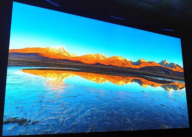 画像: 山頂の池も黄金色に染まる
