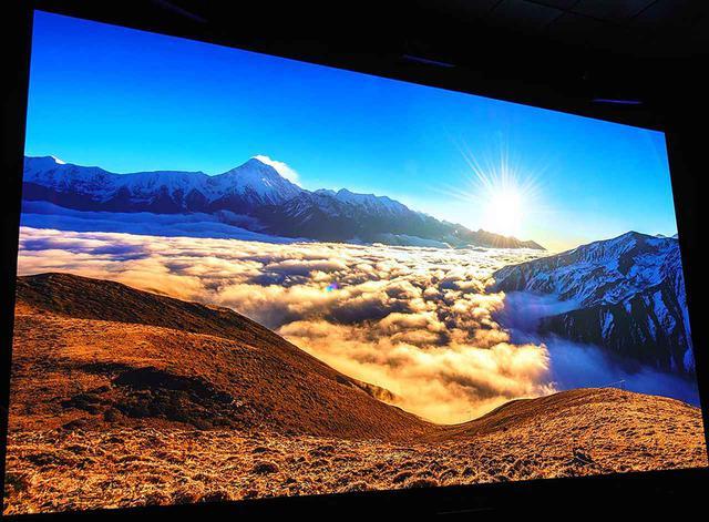 画像: 4000mのミニャコンカ山(Mt. Minya Konka)山の日の出。初めは小さい光の点だったのが、強烈な光の束になり、雲やこちらの山を黄金に染める