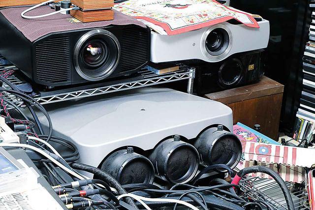 画像: ディスクにした4K番組、特に映画などを鑑賞するにはプロジェクターを使用。再生はUHDブルーレイプレーヤーでスムーズに行なえる