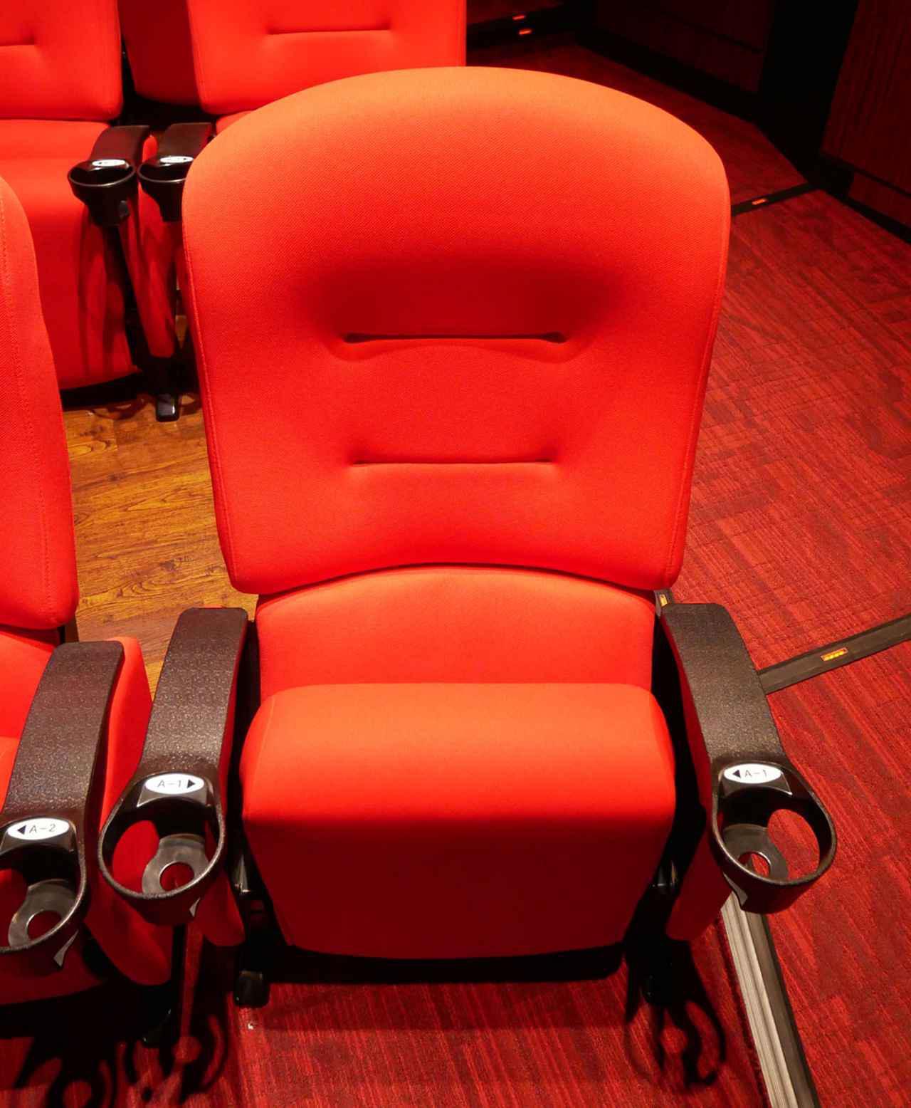 画像: 1席あたり左右にひじ掛けが付き、座席の間隔も比較的ゆったりと設置されている