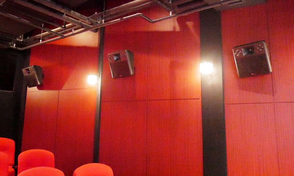 画像: 側面に設置されたサラウンドスピーカー