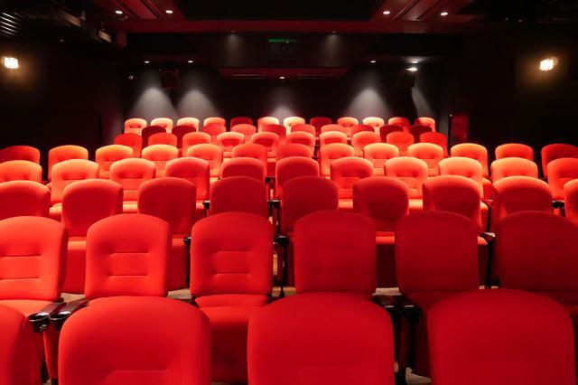 画像: 座席は真っ赤