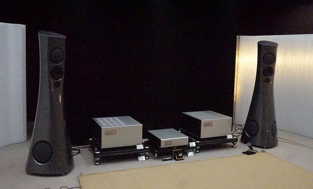 画像: 「Forza」の試聴システム。中央に並んでいるのがソウリューションのパワーアンプ「701」(両脇)と「311」(中央)