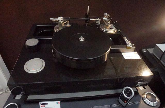画像: ディ・ベアの「Topas」ターンテーブル+「Onyx」トーンアーム。Topasは¥6,300,000で、Onyxは9インチが¥1,630,000、12インチが¥1,680,000の予定(すべて税別)