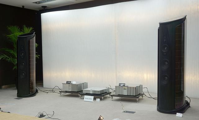 画像: Aida IIの試聴システム。間に置かれているのがブルメスターのパワーアンプ「911 MK-III」
