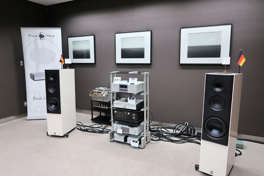 画像: ▲ハイエンドの試聴システム。中央のラックの上から2段めにあるのが、プリアンプの「Makua」だ