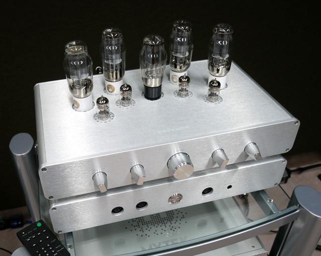 画像: ▲WOOオーディオのヘッドホンアンプ「WA33」。アンプ部(上)と電源部(下)の2ピース構成となっている。価格は¥1,100,000(税別)