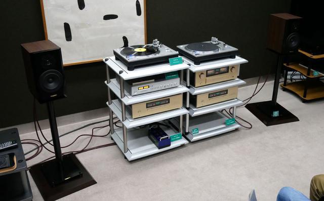 画像: ▲アイシン高丘ブースの試聴システム。中央にある左のラックが「ASR II」、右が「ASR III」。ラックによる音質の差のデモを行なっていたが、その効果は絶大