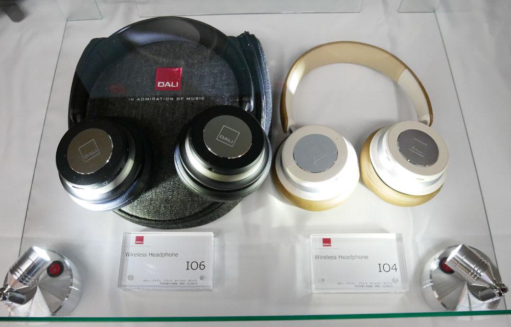 画像: ▲DALIのワイヤレスヘッドホン「IO6」(左)と「IO4」