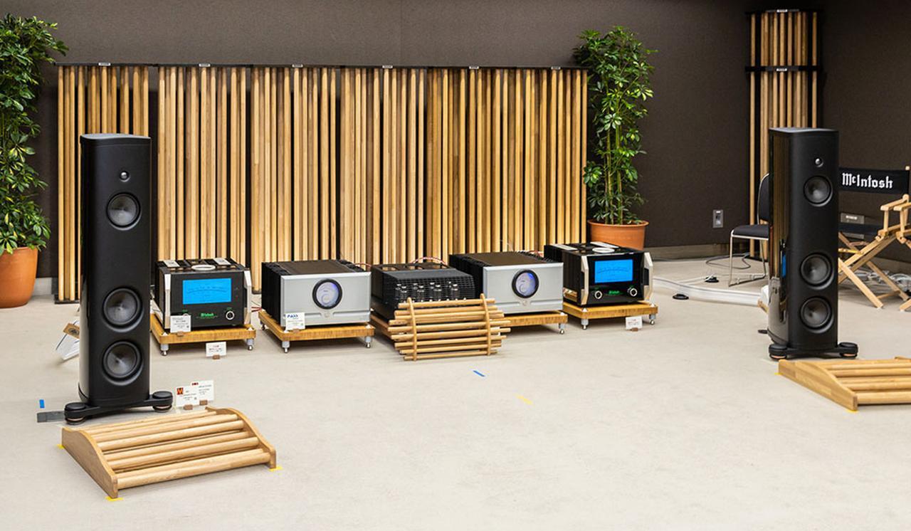 画像: エレクトリブースの様子。スピーカーの前には音響チューニングパネル「ANKH」が配置されている