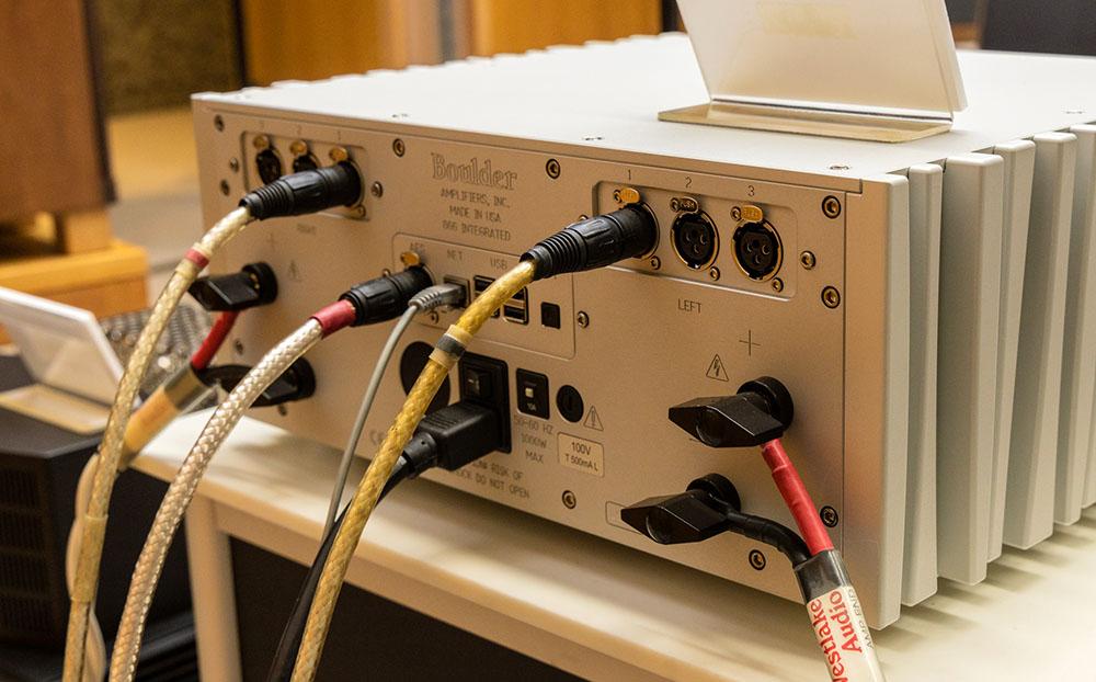 画像: ボルダー866のリアパネル。中央部にデジタル入力端子を配する
