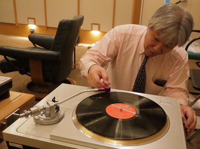 画像: レコードに針を下ろす三浦氏。