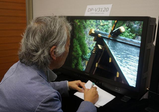 画像: DP-V3120の映像をチェックする麻倉さん。1000intsのモニターでは再現できない色までしっかり確認できた