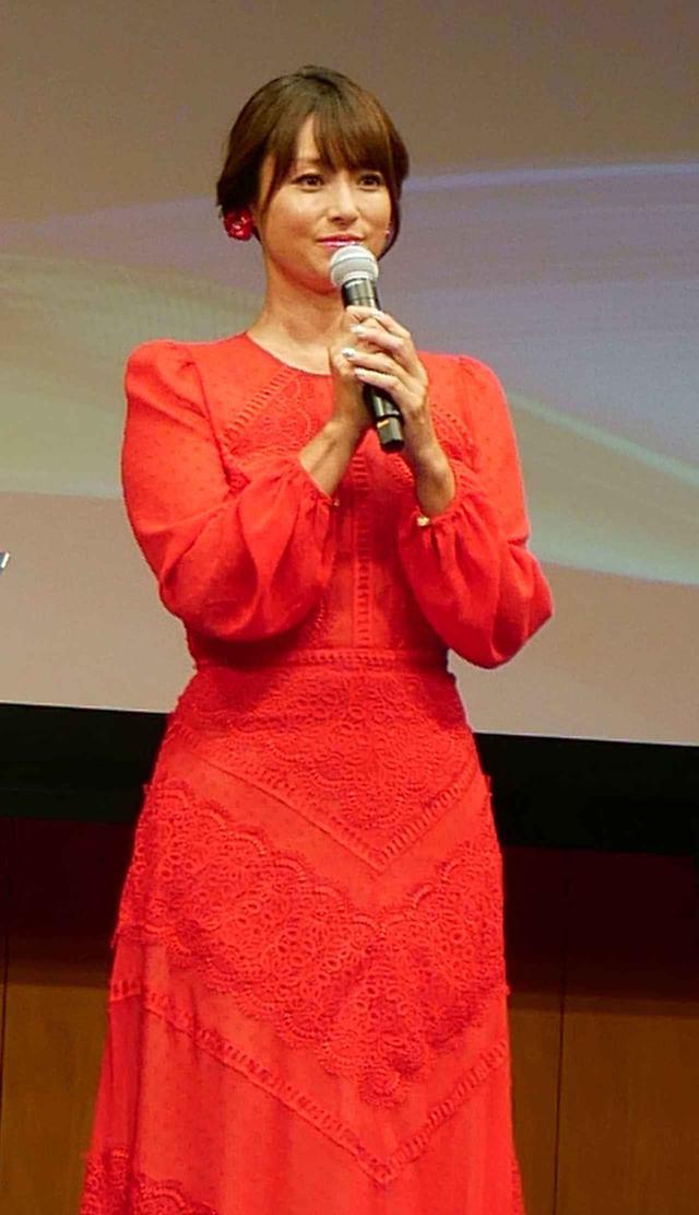 画像2: 新4K8K衛星放送の開始1周年セレモニーが都内で開催。対応機器の普及も順調で、10月末時点で218万台を達成。深田恭子も真っ赤なドレスで来場し、4Kの魅力を語った