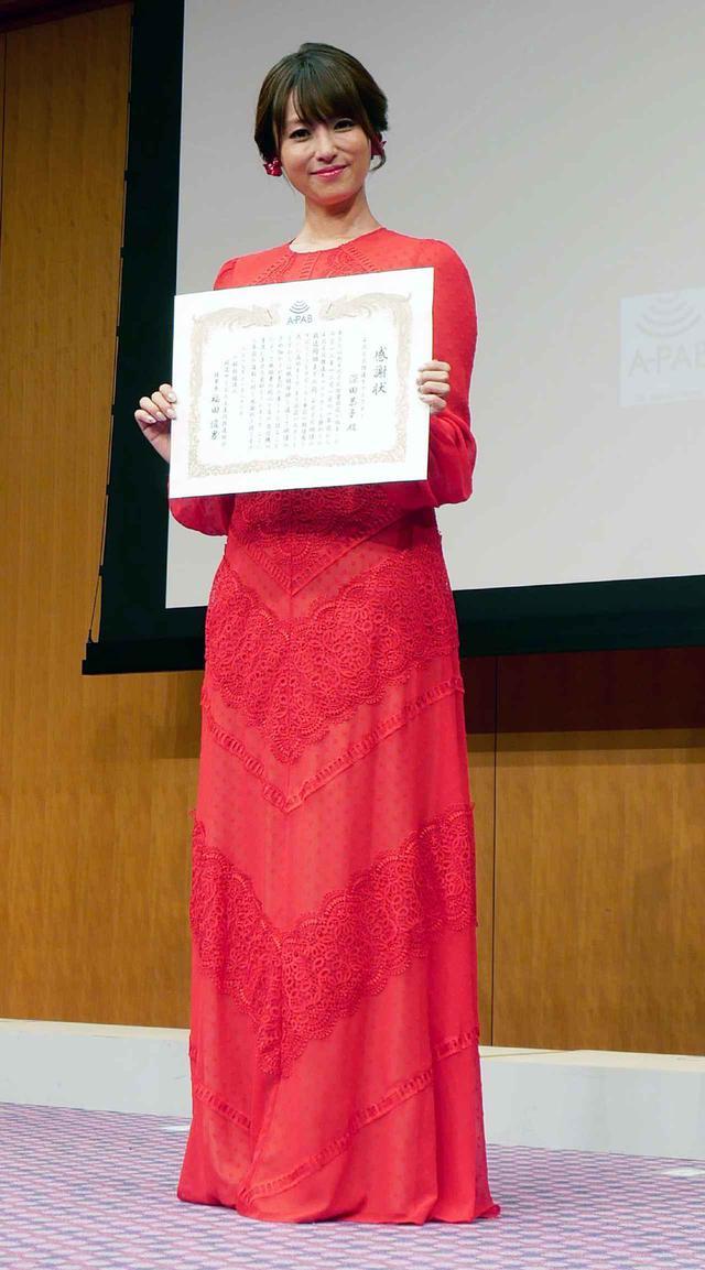 画像5: 新4K8K衛星放送の開始1周年セレモニーが都内で開催。対応機器の普及も順調で、10月末時点で218万台を達成。深田恭子も真っ赤なドレスで来場し、4Kの魅力を語った