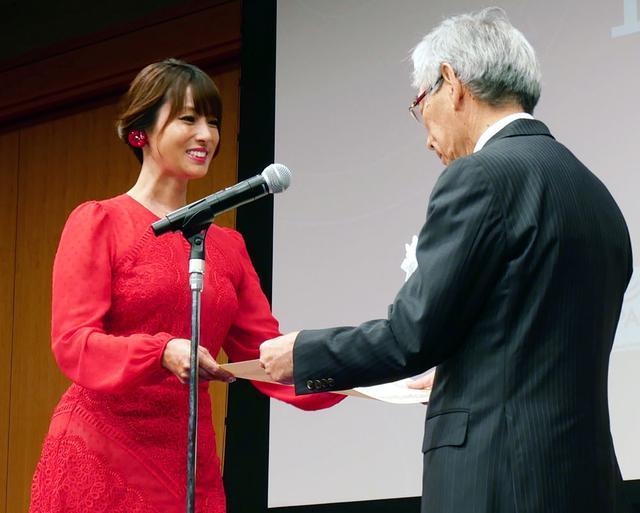 画像3: 新4K8K衛星放送の開始1周年セレモニーが都内で開催。対応機器の普及も順調で、10月末時点で218万台を達成。深田恭子も真っ赤なドレスで来場し、4Kの魅力を語った