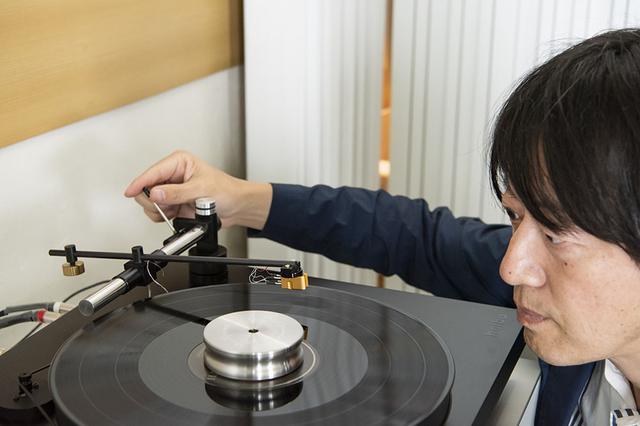 画像: Holboのリニアトラッキング・ターンテーブルを使って、アナログレコードでの音の変化を確認した