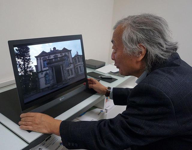 画像: EIZOガレリア銀座でFORIS NOVAの映像をチェックする麻倉さん