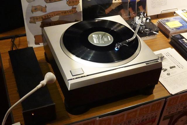 画像: N2 factoryのSP-10II & R用iアルミキャビネットTT-10の実機や、好評発売中のレコードバッグも並びます N2 factoryのTT-10/10Rの詳細はこちら www.stereosound-store.jp
