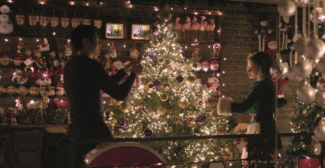 画像3: 【コレミヨ映画館vol.35】『ラスト・クリスマス』 ユーモアの奥に混迷の時代を考える味わいも。ワム!とジョージ・マイケルのヒット曲に彩られたラヴ・コメディ