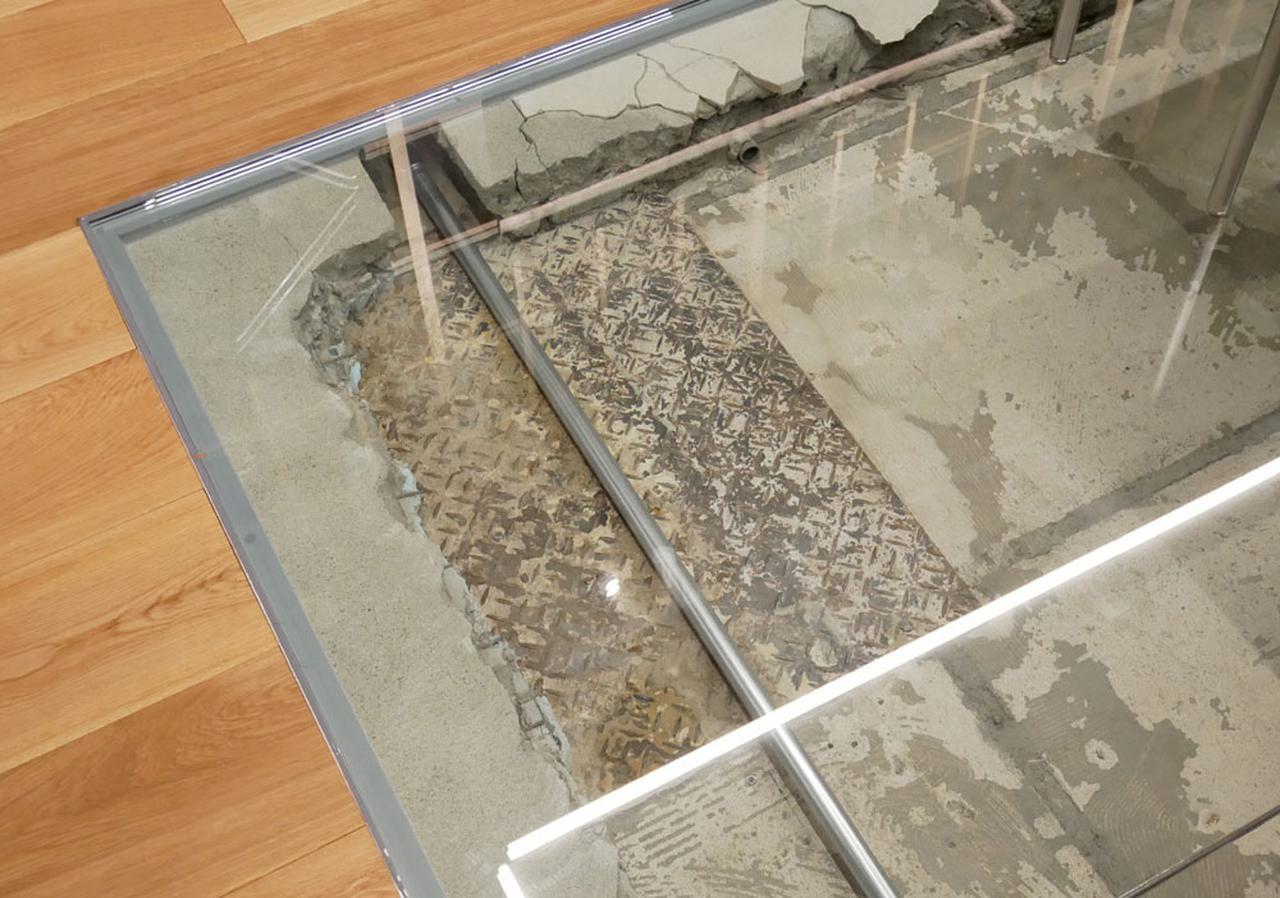 画像: ▲内装を手掛けた元木氏のお気に入りという鉄板。床を剥がした時に出てきたそうで、なぜこれがあるのか不明だが、面白そうだったので、そのままデザインに残したという