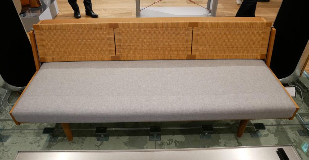 画像: ▲BEOVISION HARMONYのシステムに組み合わされているビンテージのチェアー。50年代のもので、リペアして使用している