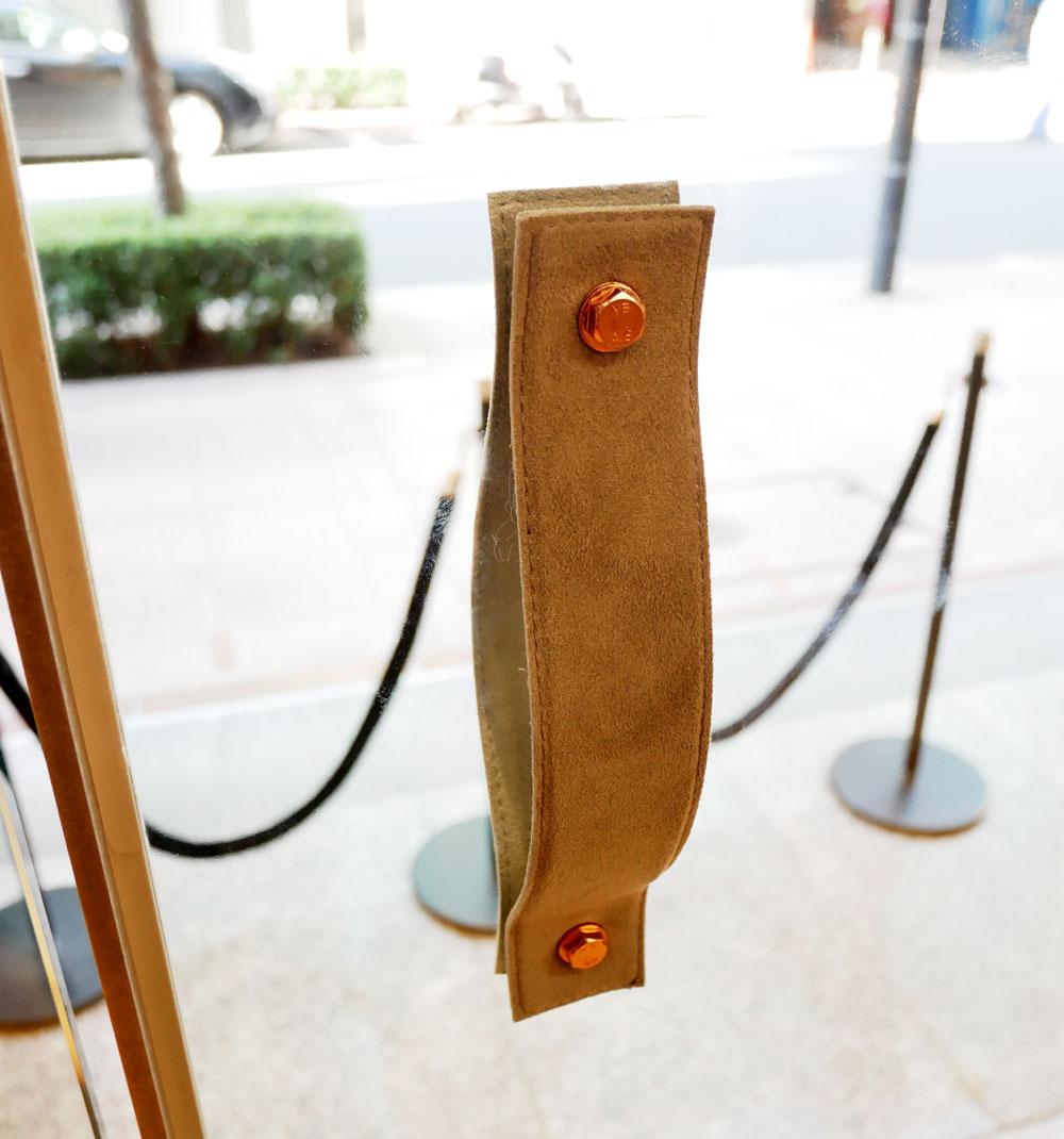 画像: ▲入口の扉の取っ手はなんと革製