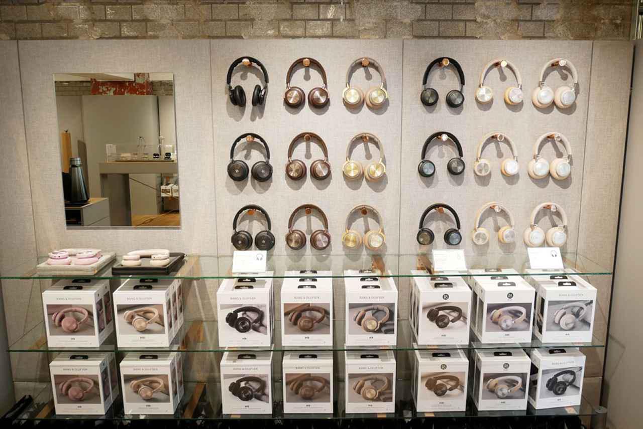 画像: ▲入って右の壁にはワイヤレスヘッドホンを展示