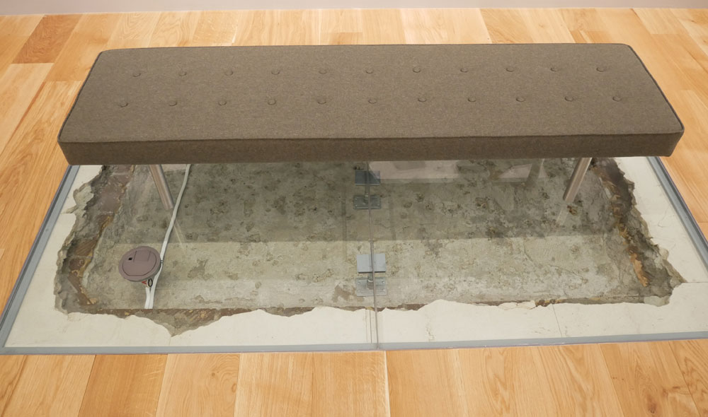 画像: ▲床を掘った(剥がした)時に出てきた歴史(地層)を、そのままディスプレイしている