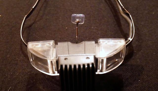画像: ▲表示デバイス部分をひっくり返したところ。真ん中にある鼻当てが便利