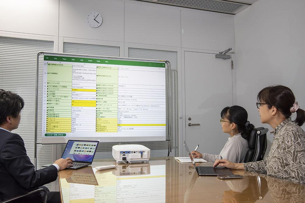 画像: 実際に社内会議のデータ表示にEW800STを使ってみた。60インチほどのホワイトボードにEXCELデータを投写したが、文字もクリアーで画面が明るいので、とても見やすかった