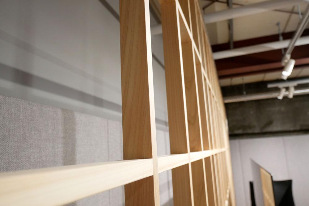 画像: ▲BEOVISION HARMONYのシステムの後ろには、障子の枠的なデザインが施されている