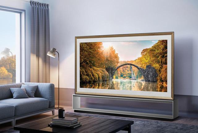 画像: ↑テレビ視聴をしていない場合、大きな黒い「枠」をどうするか、という問いに対するLGの答えが「ギャラリーモード」。季節で更新される世界の観光名所を絵画のごとく表示できる