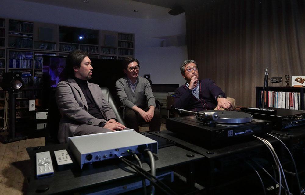 画像: 左から秋山さん、JVCの那須さん、山本さん。いずれ劣らぬ高画質愛好家が揃い、ディープな議論を展開した
