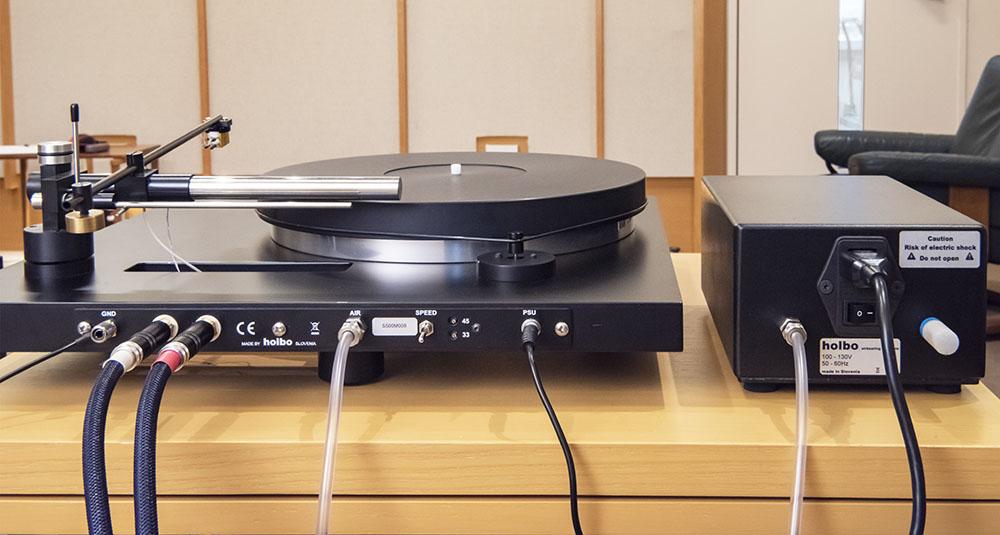 画像: Holbo本体(左)と別筐体のエアポンプ(右)は、空気を送るための細いチューブでつながれている。エアポンプ自体もきわめて静かだが、気になる方は離して設置もできるようチューブは長めに準備されている