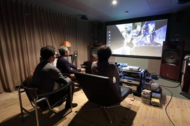 画像: スクリーンはオーエスのピュアマットIII Cinemaの110インチ。ゲインは約1.0だが、《Frame Adapt HDR》モードを選んだ状態では、明るさの不足などはまったく感じなかった