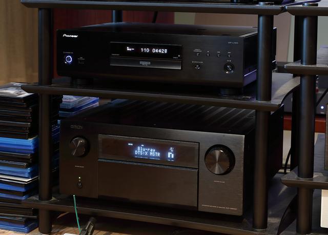 画像: UHDブルーレイプレーヤーにはパイオニア「UDP-LX800」(写真上側)を使っている。AVセンターはデノン「AVC-X8500H」(写真下)という豪華な組み合わせ