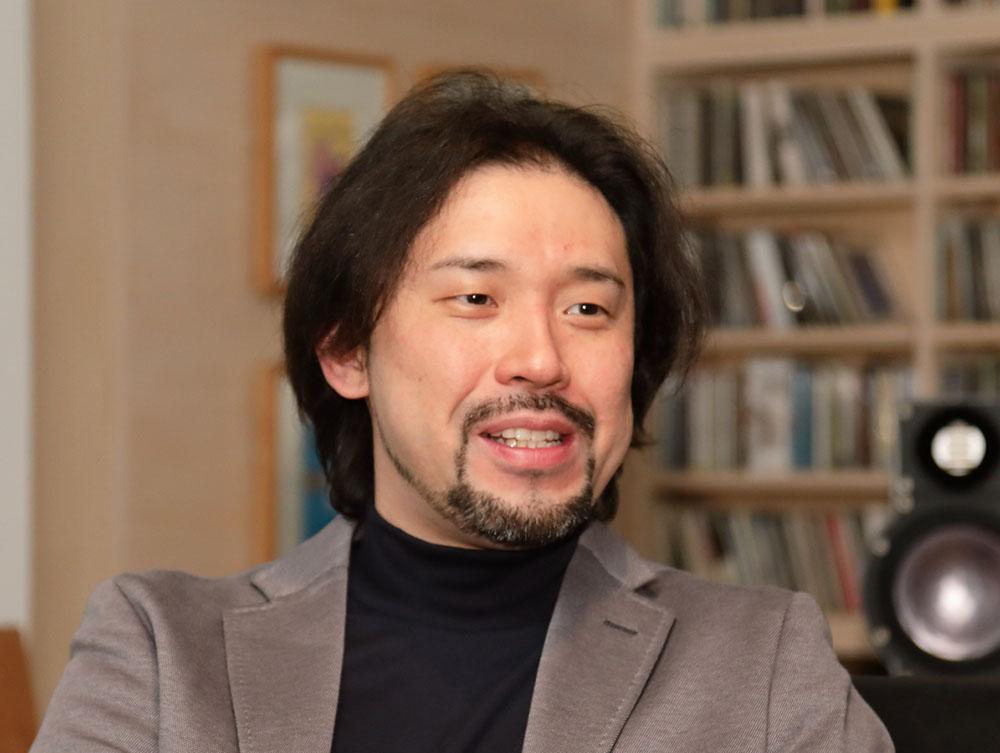 画像: 40代にしてHiVi読者歴が25年以上という秋山さん。現在はオーディオビジュアル関連の執筆活動の他に、パッケージメディアや配信コンテンツの画質監修も手がけている