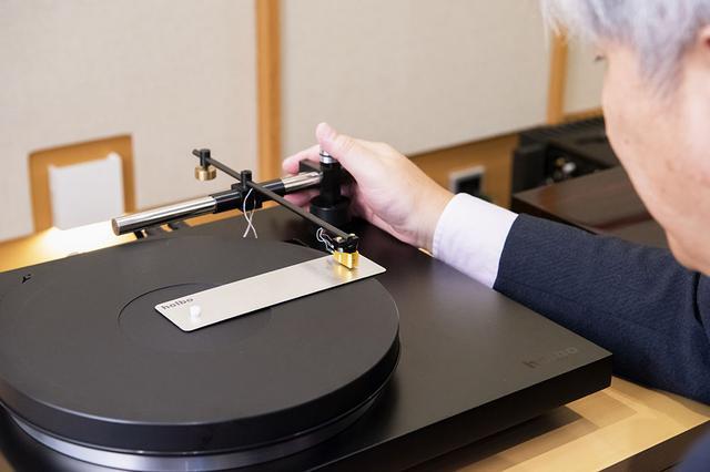 画像: Holboのターンテーブルでは、針先がレコードの真ん中を直線移動できるようアームの位置決めを慎重に行なう必要がある。写真の専用治具が付属しているので、充分注意して追い込んでいただきたい