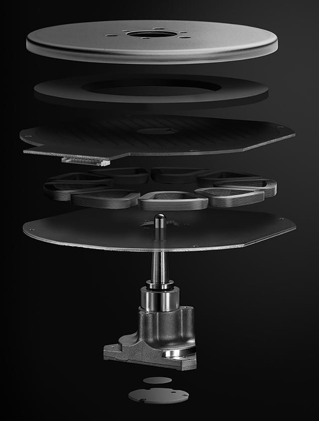 画像: ←新生テクニクスADプレーヤーの顔が「コアレス・ダイレクトドライブ・モーター」。固定子の電磁石(上から3/4層目)にコア(鉄芯)があると、永久磁石との位置関係によって回転ムラ=コギングが発生してしまう。これを根本的に抑制すべく、コアレスとしたことがテクニクス製品の特徴となっている