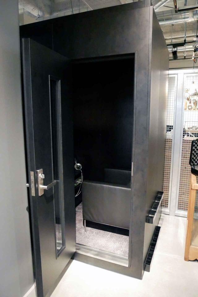 画像: 店舗左奥に設置されたヤマハ製の防音ルーム。中にはフラッグシップヘッドホン「D8000 Pro Edition」が設置されており、周囲の環境に影響されることなく、試聴できるようになっていた