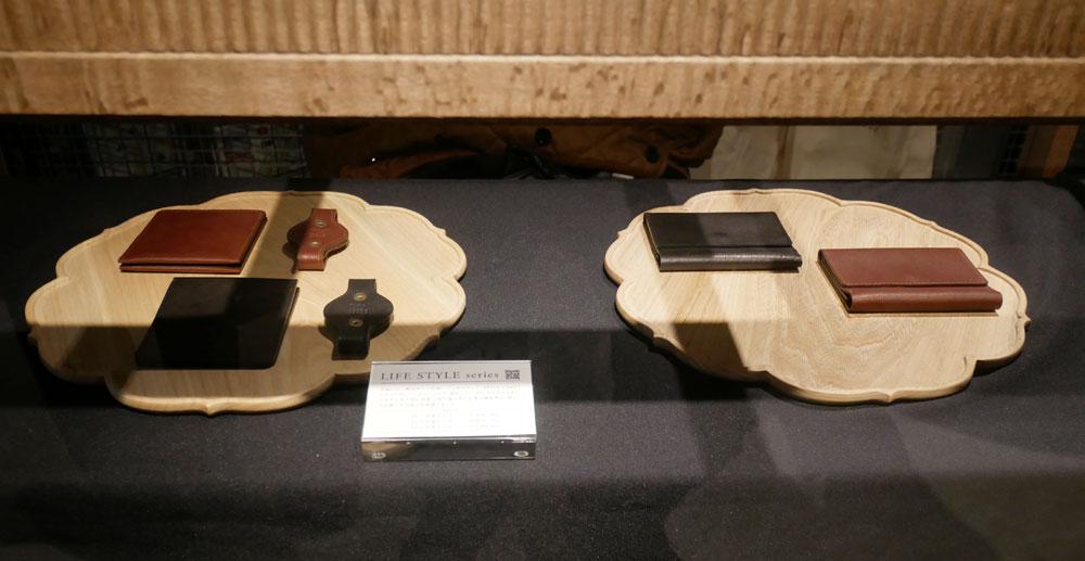 画像: ▲入って左の奥には、こだわりのバッグを展開するSTYLE CRAFTブランドとコラボした牛革ケースなども展示している