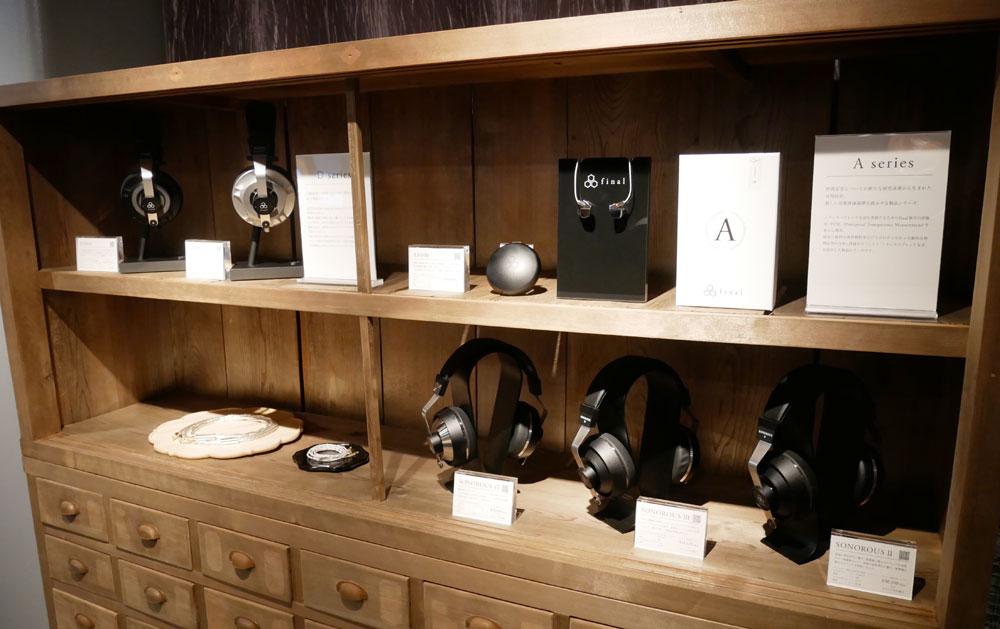 画像: ▲入って左の棚には、フラッグシップイヤホンAシリーズや、フラッグシップヘッドホンDシリーズも展示されている
