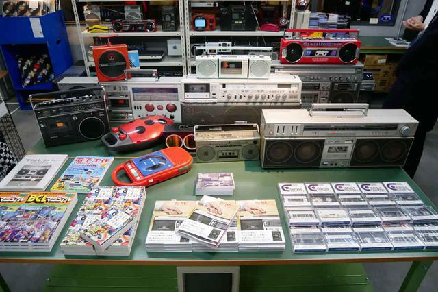 画像: ▲イベントスペースには、家電蒐集家 DESIGN UNDERGROUNDを主宰する松崎氏のコレクションが展示されていた(懐かしい製品がすらり)。ワークショップやトークイベントも各種予定されている