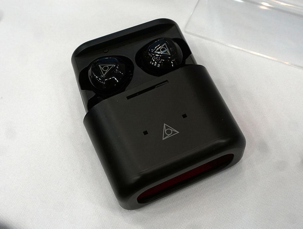 画像: ▲GREEN FOUNDINGのブースでは、12月3日にクルドファンディングをスタートした「VIE FIT2」のプロトモデルを展示、その着け心地を体験できる。VIE FIT2は、柔らかいシリコンを採用しており、どんな人にもフィットする完全ワイヤレスイヤホンだ。DACチップにはクァルコム「QCC3020」を搭載し、BluetoothのコーデックはSBC、AAC、aptXに対応している