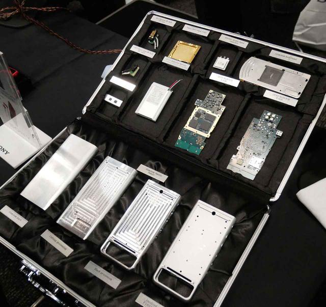 画像: ▲同じく、ウォークマン「NW-ZX500」シリーズの分解展示