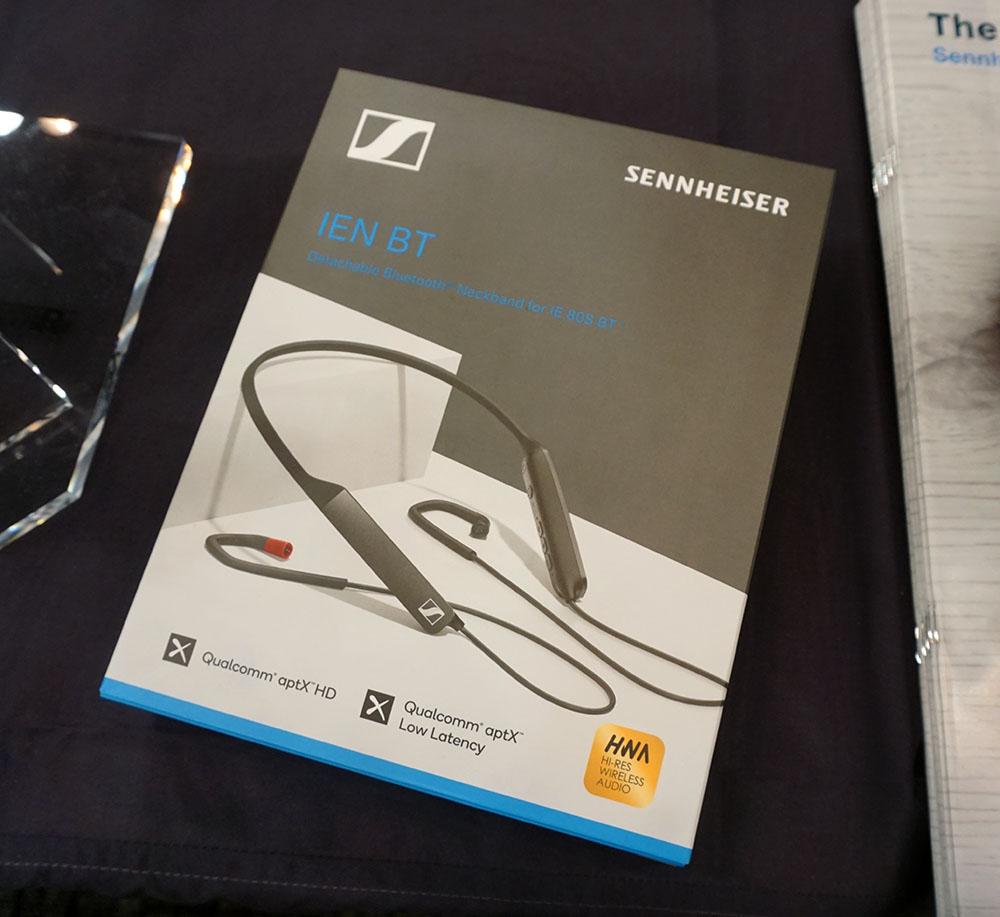 画像: ▲ゼンハイザーのブースでは、11月28日に発売されたばかりの「IEN BT」にも注目だ。IEシリーズのBluetoothイヤホン「IE 80S BT」のネックバンド部を独立させたモデルで、同ブランドの「IE80S」「IE80」「IE8」「IE8i」に装着してワイヤレスモデルに変身させるアイテムだ。コーデックはSBC、AAC、aptX、aptX LL、aptX HD、HWAに対応し、DACチップにはAKM(旭化成エレクトロ二クス株式会社)の最新ICを採用している