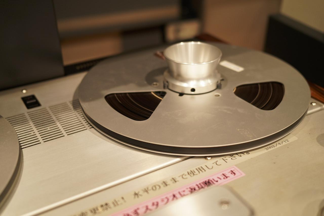 画像: いつもながら、再生に使うマスターレコーダー(スタジオ業務用オープンリールテープレコーダー)の調整には時間をかけている。ここで失われた情報は、この後どんなに素晴らしい機材を用意しても取り戻せないからだ