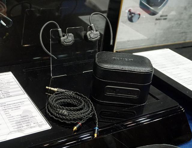 画像: ▲KONG-Xブースには無線・有線ハイブリットイヤホン「PRO Plus」も参考展示されている。BluetoothイヤホンとしてのスペックはKX-H7000TWと同等の2ウェイ仕様だが、MMCXのコネクターも装備しており、付属のケーブルをつなぐと有線イヤホンとして楽しめる。こちらは発売時期等は未定だが、2万円前後での発売を目指しているそうだ
